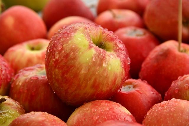 Röda äpplen i matlagning